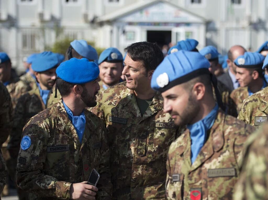 """Libano, Renzi incontra il contingente italiano: """"Orgoglio di appartenere al tricolore"""""""