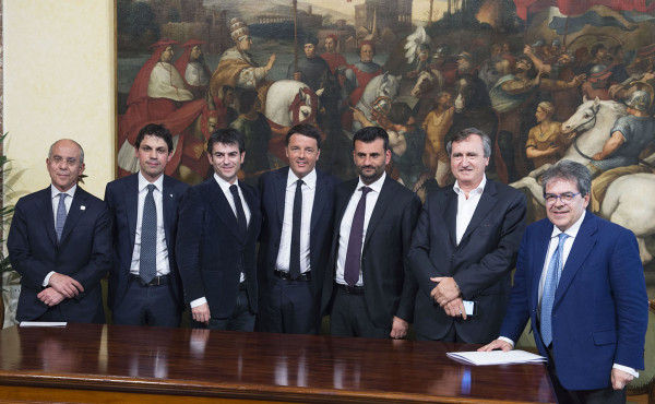 """Banda ultra larga, Renzi presenta il piano del governo: """"Connessione a 30 mbps in tutta Italia entro il 2020""""."""